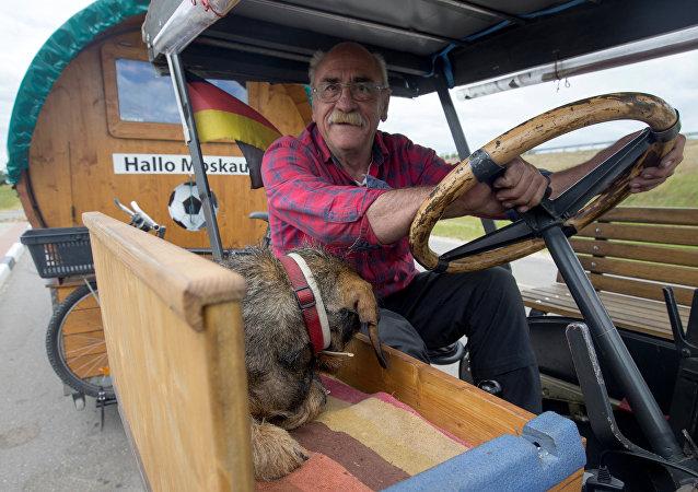 El fanático del fútbol Hubert Wirth decidió realizar un largo viaje en tractor desde su ciudad natal, Pforzheim (Alemania) a Rusia para asistir el Mundial