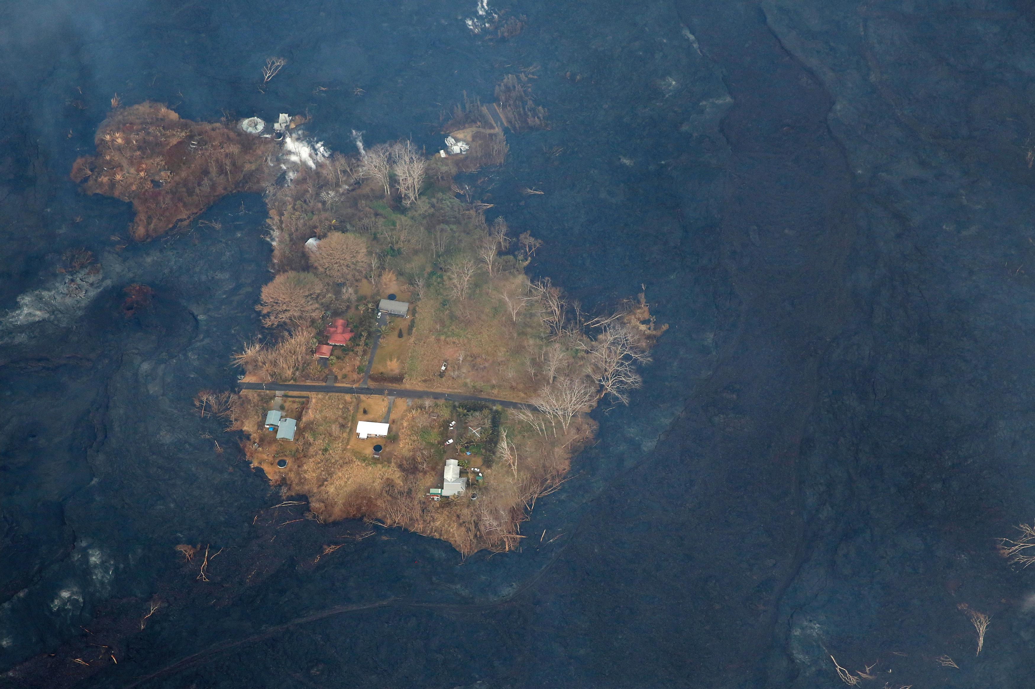 Las casas rodeadas de lava durante la erupción del volcán Kilauea en Hawái