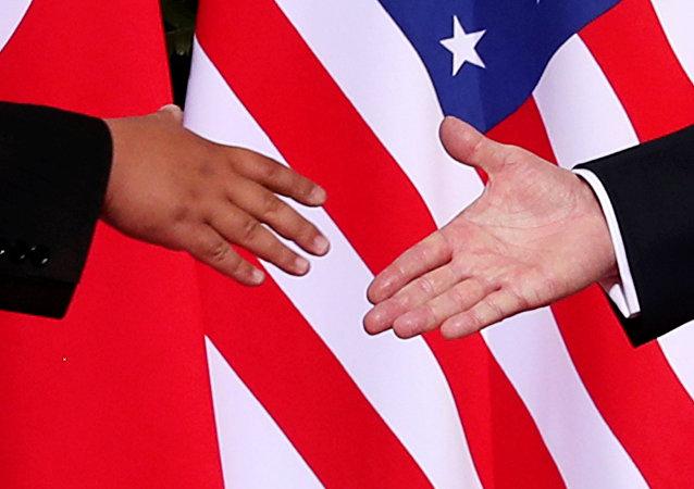 Momentos antes del histórico apretón de manos entre el líder norcoreano, Kim Jong-un, y el presidente estadounidense, Donald Trump (archivo)