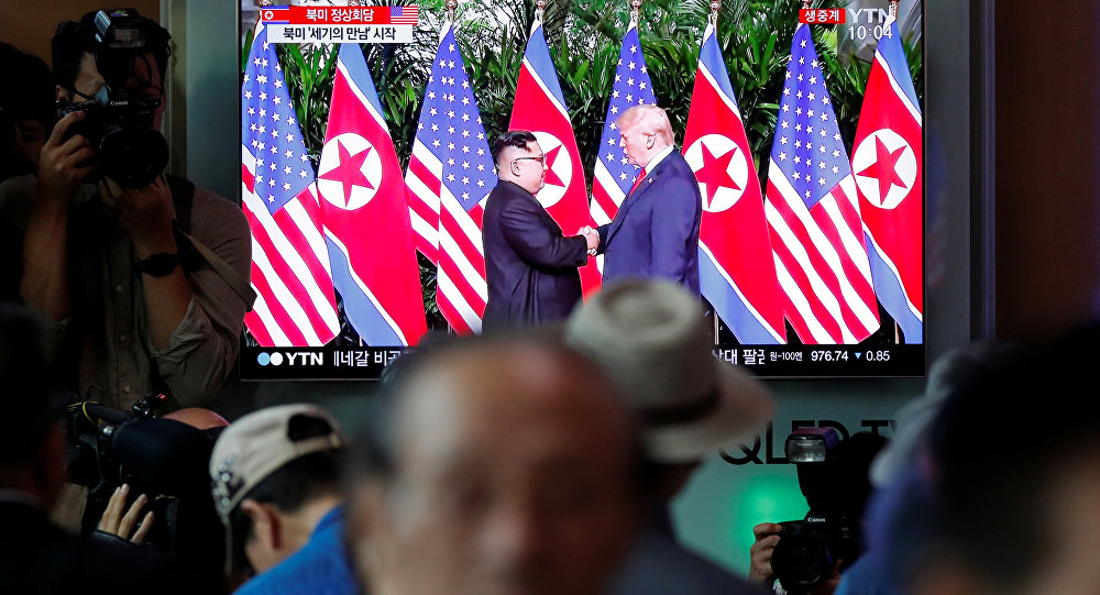En Seúl, personas siguen la transmisión televisiva de la cumbre entre EEUU y Corea del Norte