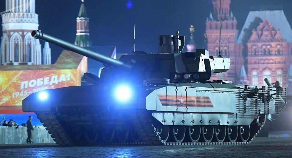 El tanque T-14 Armata durante un esayo nocturno del Desfile de la Victoria en la Plaza Roja en Moscú en mayo de 2018 (archivo)