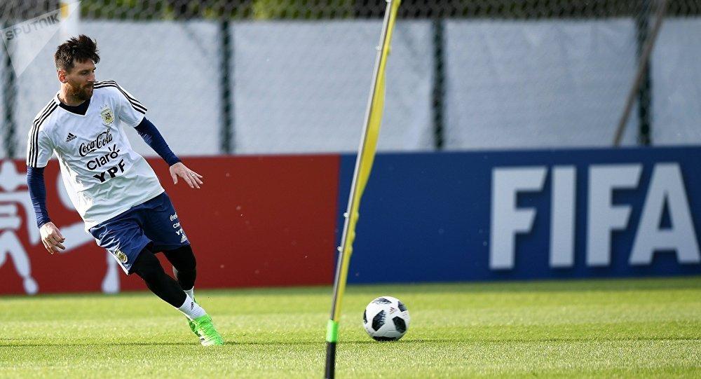 Lionel Messi participa de un entrenamiento abierto de la selección argentina, en su base de concentración en Brónnitsi (archivo)