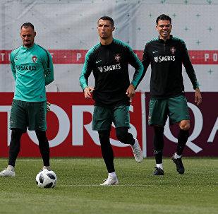 Cristiano Ronaldo, futbolista portugués, se entrena junto a la selección nacional lusa