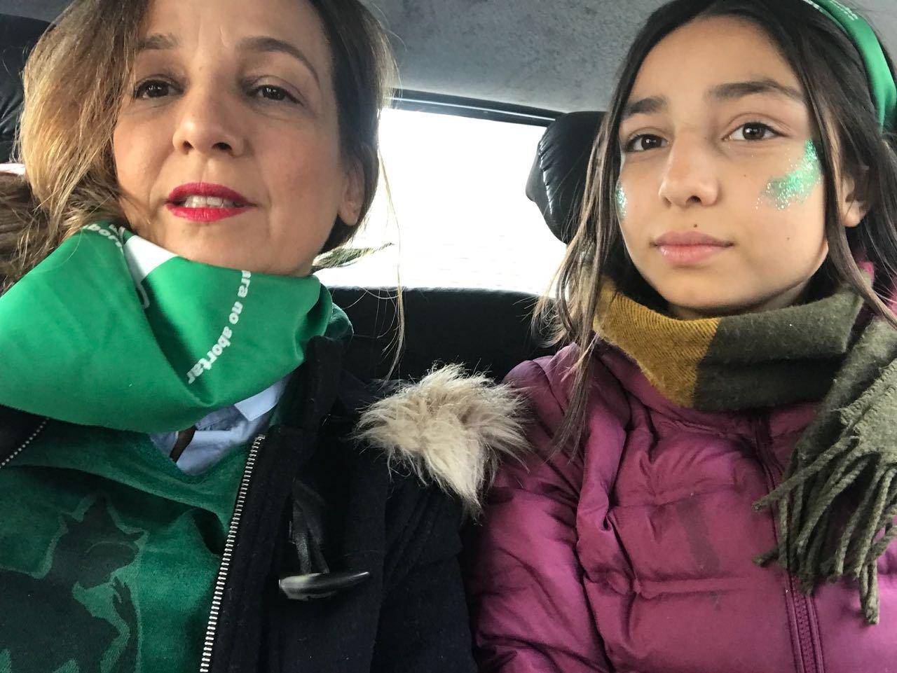 La escritora argentina Cecilia Szperling dirigiendose  con su hija Lola a la marcha frente al Congreso para reclamar una ley de aborto legal, seguro y gratuito.