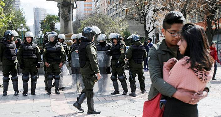 Policía de Bolivia y los estudiantes universitarios de La Paz