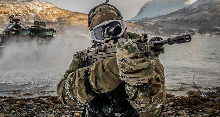 Un marine de la OTAN durante maniobras militares en Harstad, Noruega