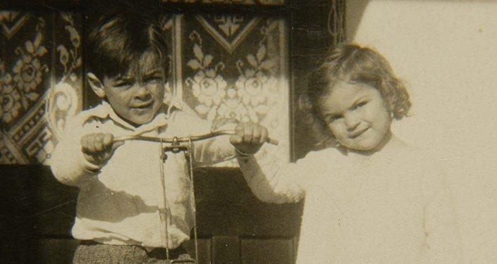 Ernesto Guevara con su hermana Celia