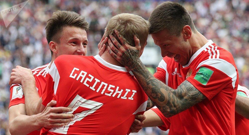 El jugador ruso Yuri Gazinski (centro) marca el primer gol del Mundial 2018