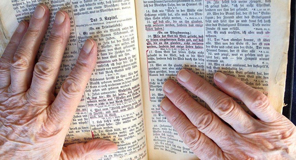 Una vieja con la Biblia