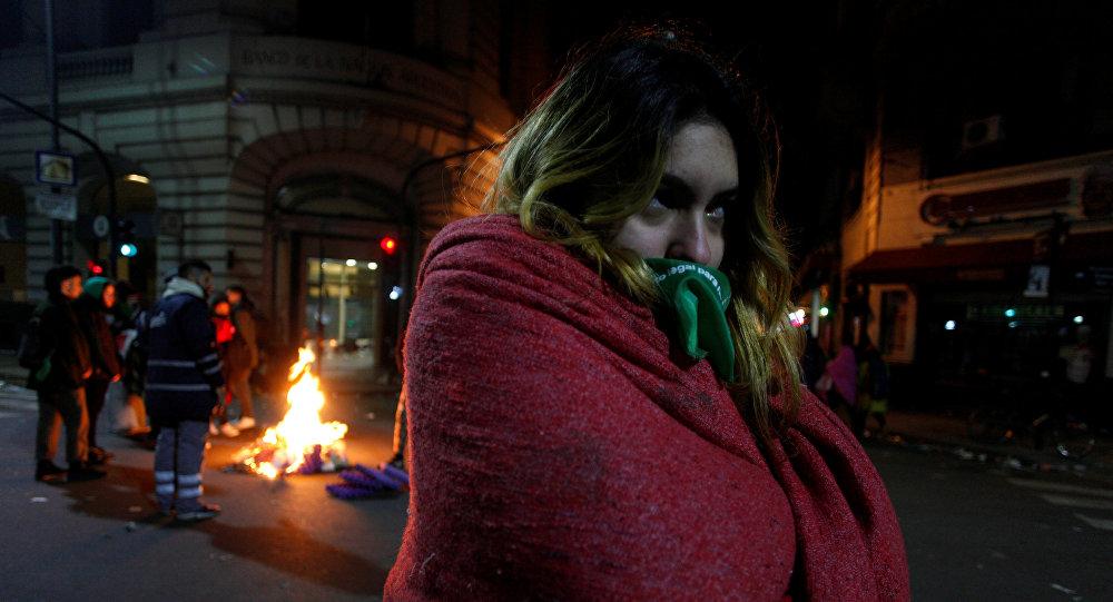 Una manifestante a favor de la ley de aborto legal, seguro y gratuito durante la vigilia frente al Congreso Nacional en Buenos Aires.