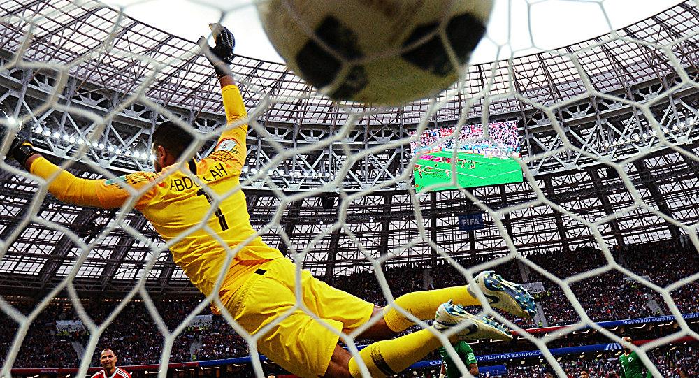 El portero de la selección saudí, Abdullah Al Mayouf, no logra detener el balón de Rusia en el partido inaugural del Mundial