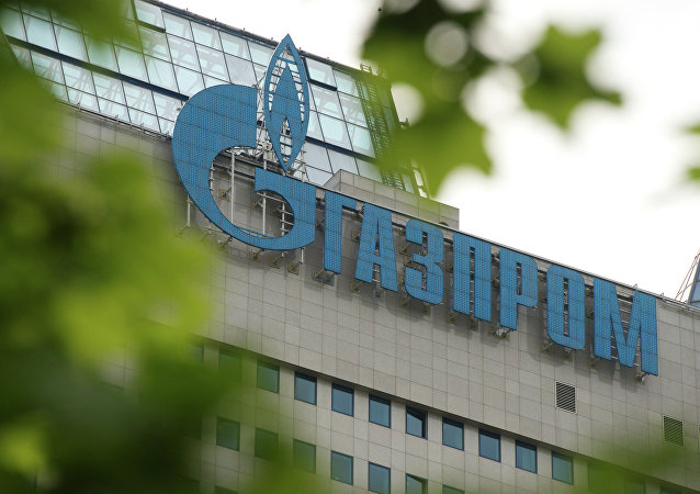 Logo de Gazprom en la sede de la compañía en Moscú
