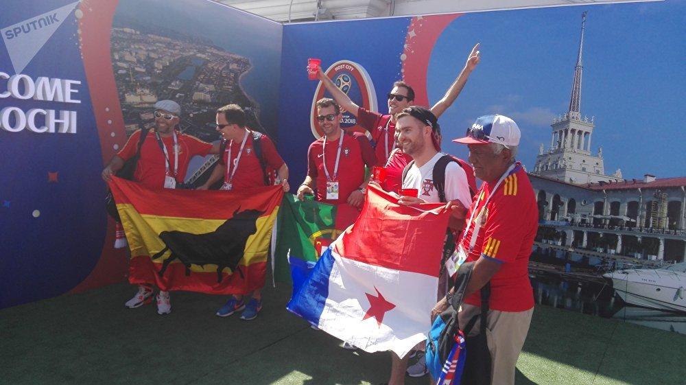 Fans de fútbol en vísperas del partido entre España y Portugal en Sochi, 2018
