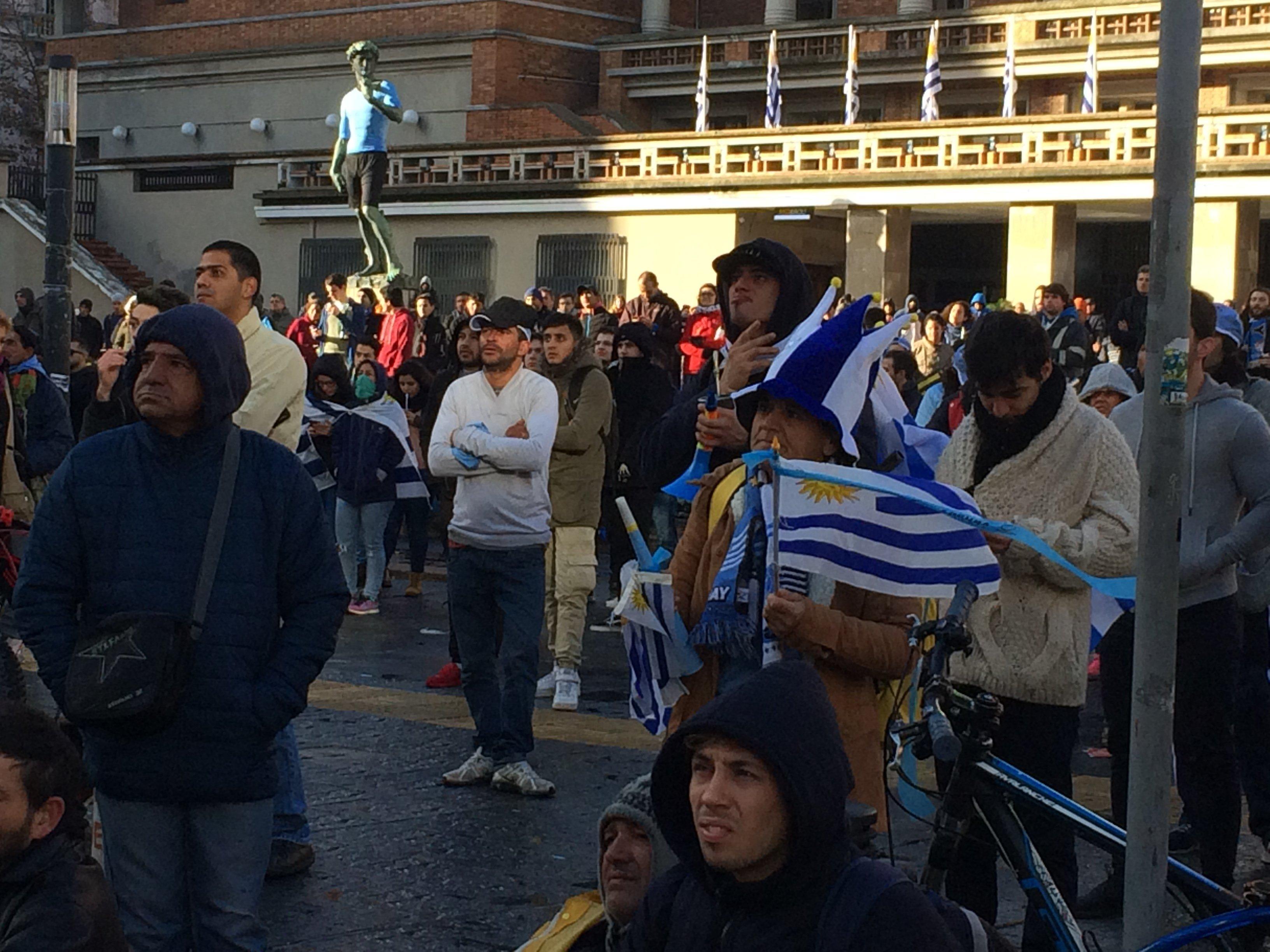 Multitud frente a la Intendencia de Montevideo