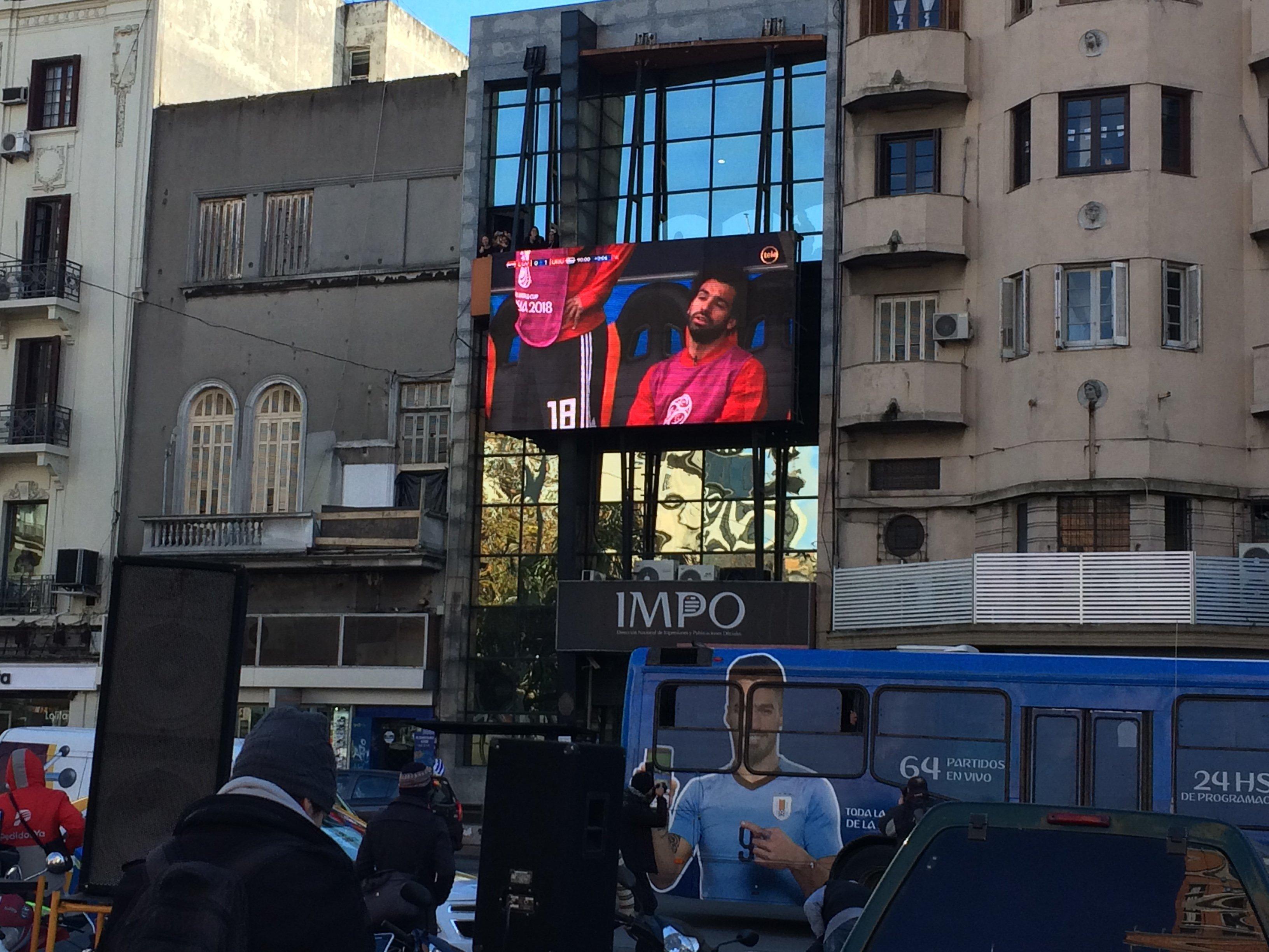 Pantalla frente a la Intendencia de Montevideo