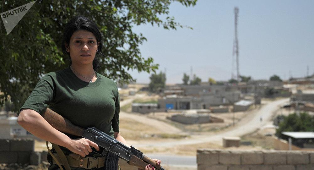 Una militar voluntaria kurda