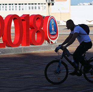 Hombre en bicicleta con el logo del Mundial de fútbol Rusia 2018