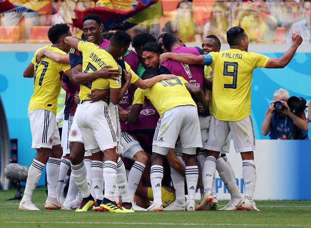 La selección colombiana celebra su gol en el partido contra Japón