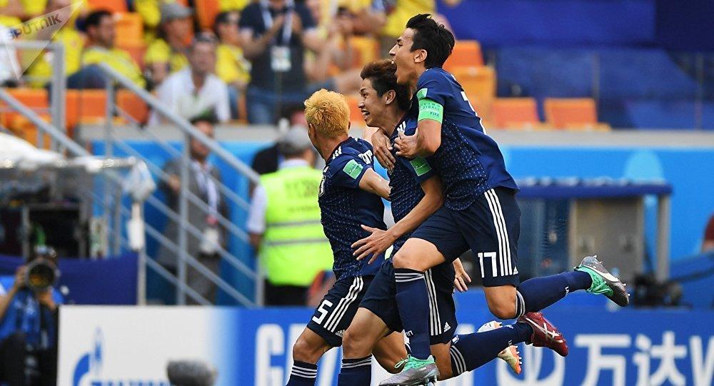 Futbolistas japoneses celebran su segundo gol sobre Colombia