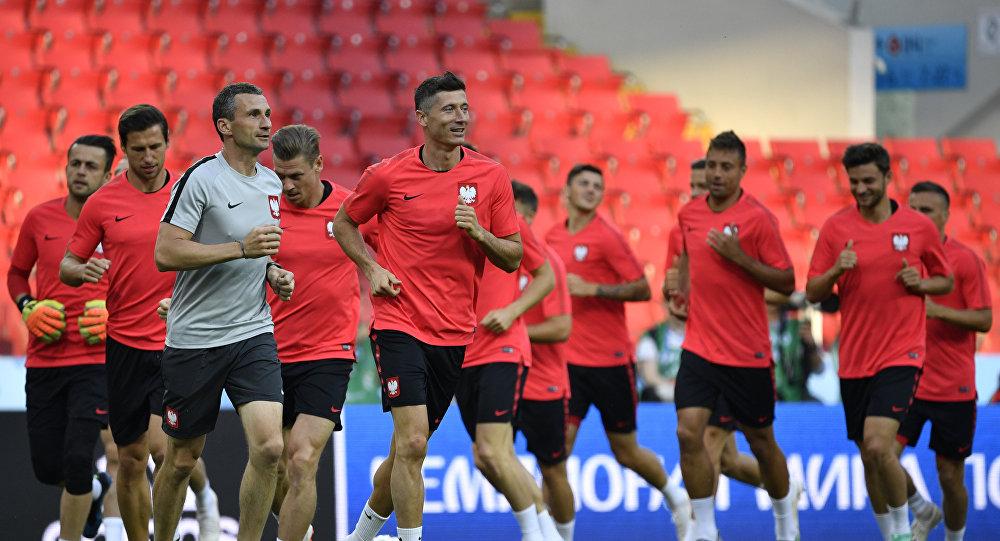 El atacante de la selección polaca, Robert Lewandowski con otros miembros del equipo