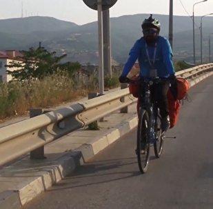 Hincha indio, en camino al Mundial de Rusia en una bicicleta
