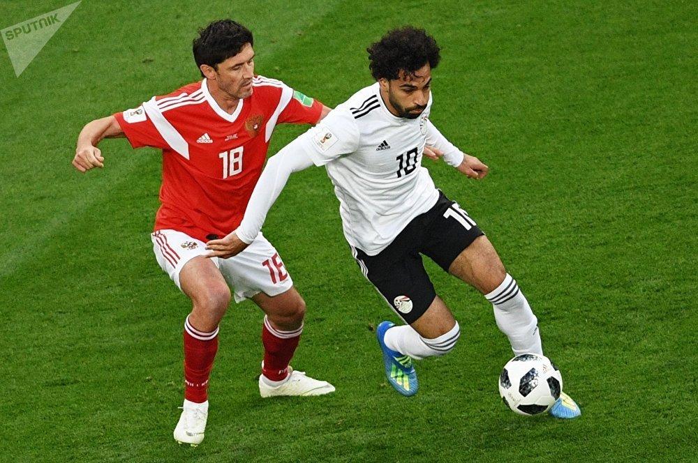 Yuri Zhirkov (Rusia) y Mohamed Salah (Egipto)