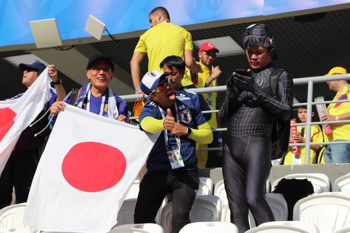 Hinchas japoneses en el partido contra Colombia