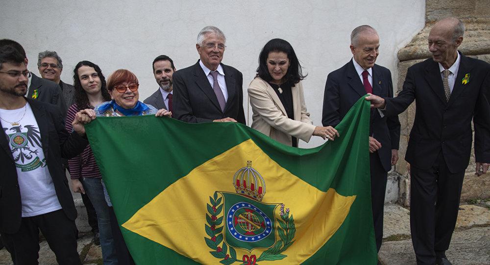 El príncipe Bertrand de Orléans e Bragança (centro) con los miembros de la la casa imperial de Brasil