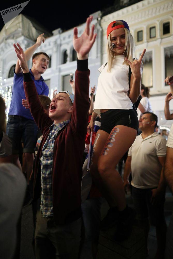 Los hinchas rusos celebran la segunda victoria de su selección en el Mundial 2018