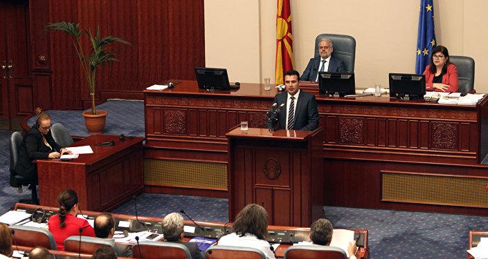 El primer ministro de Macedonia, Zoran Zaev, interviene ante el Parlamento del país