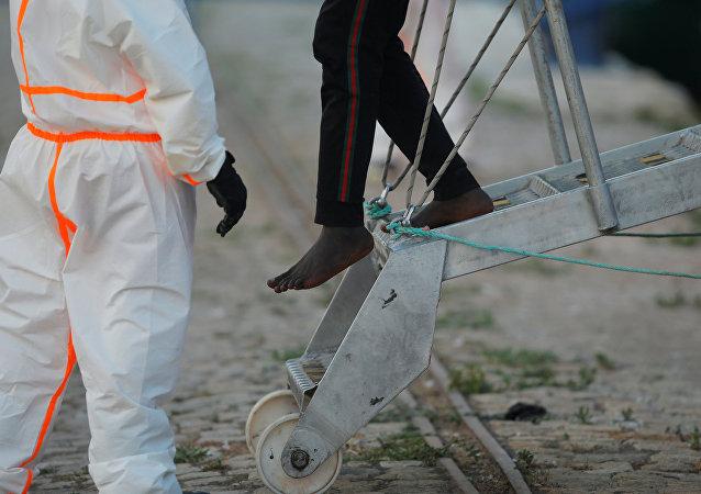 Un migrante sale del barco de rescate (imagen referencial)