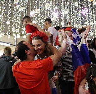 Los hinchas rusos salen a la calle a darlo todo por la victoria en el Mundial