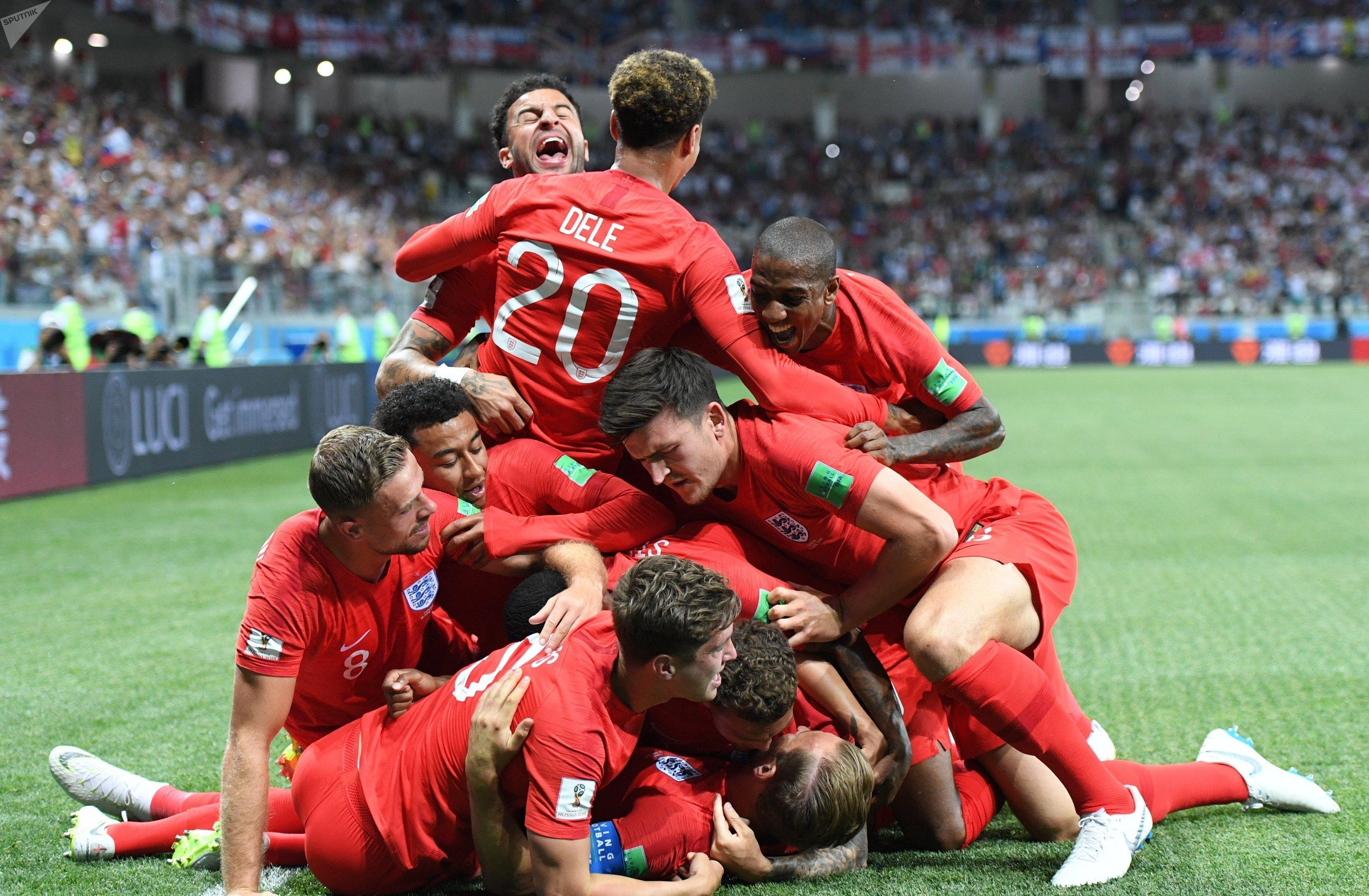 Jugadores de Inglaterra festejan un gol