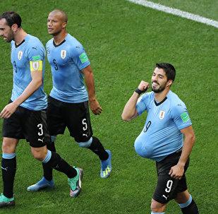 Luis Suárez festeja un gol con un balón en la panza y anuncia la llegada de su tercer hijo