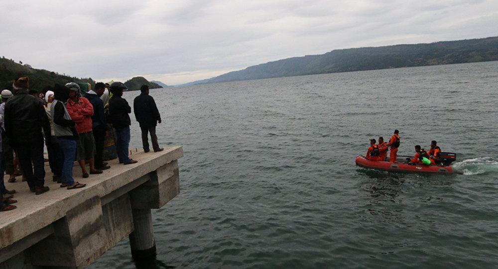 Búsqueda del transbordador KM Sinar Bangun en el lago Toba, Indonesia