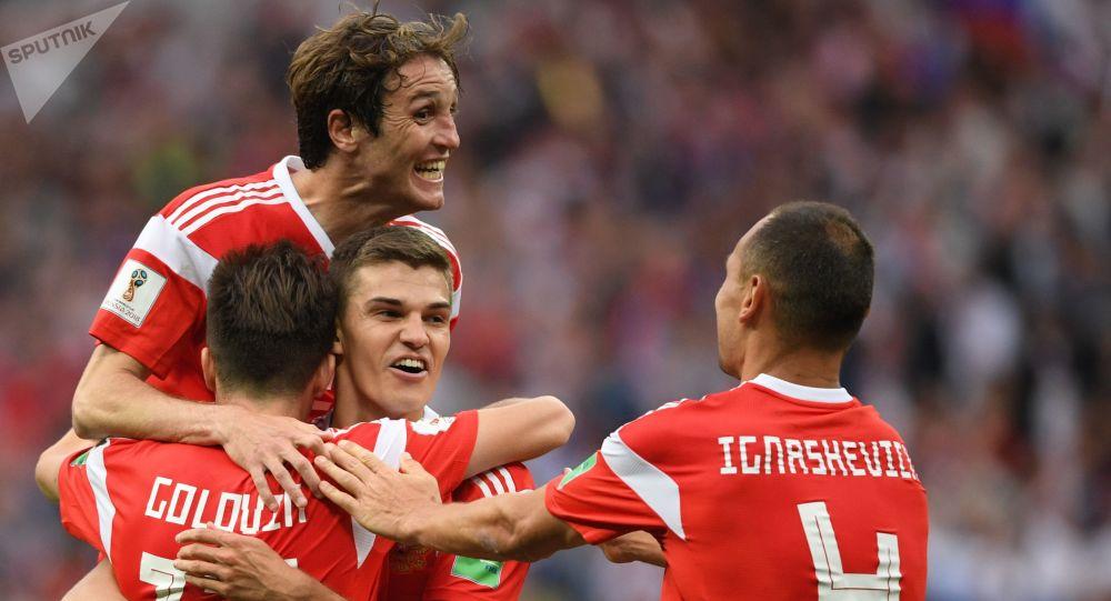 Los futbolistas de la selección rusa durante una partida de fútbol con Arabia Saudí del Mundial 2018