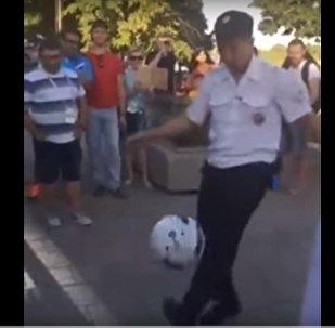Policía ruso haciendo toques de balón en Rostov del Don