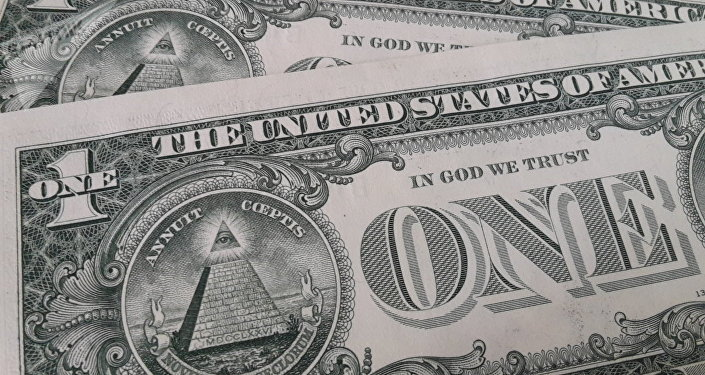 Billetes de dólar con la frase In God We Trust
