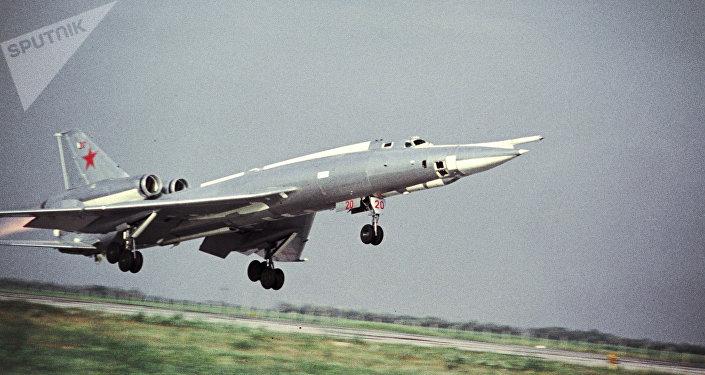 El despegue del bombardero soviético Tu-22