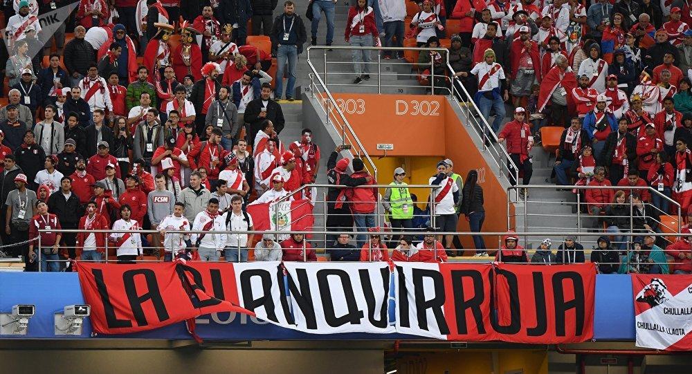 Hinchas peruanos durante el partido entre Francia y Perú