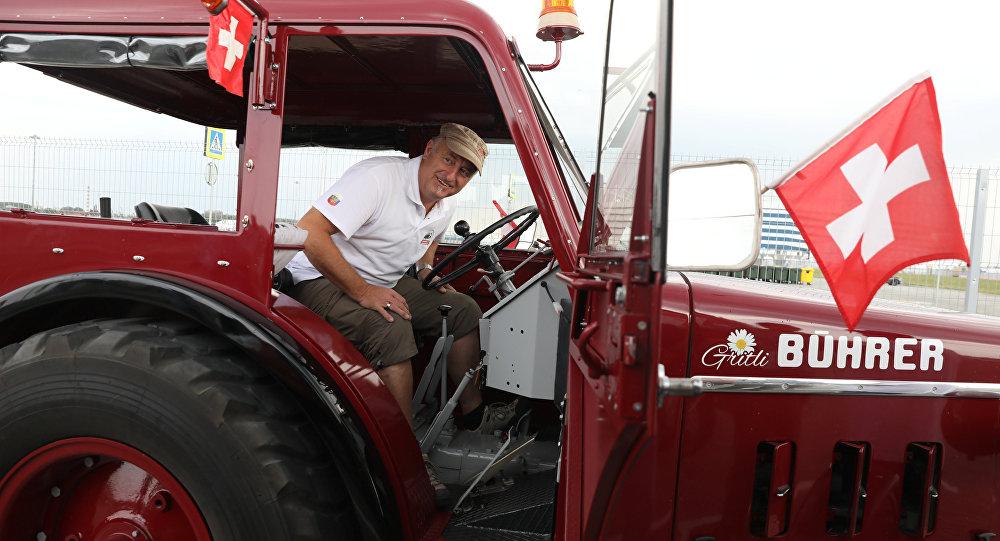 Aficionados suizos llegan en tractor a Kaliningrado
