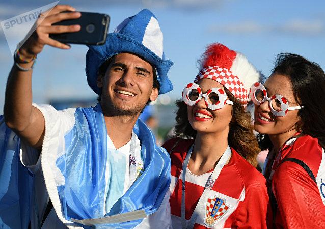 Hinchas de Argentina y Croacia posan para una foto momentos antes del partido entre sus selecciones