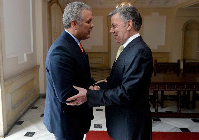 El presidente de Colombia, Juan Manuel Santos, junto al presidente electo, Iván Duque