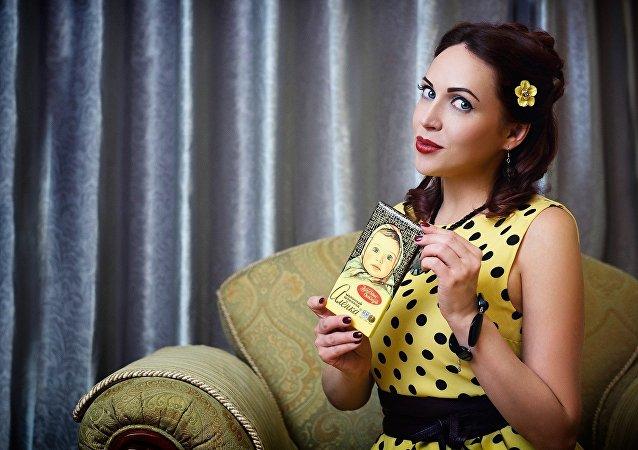 Una chica con chocolate ruso ´Alionka´