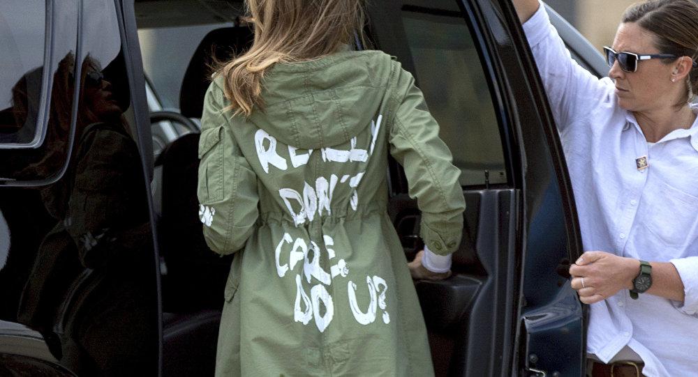 Melania Trump en una chaqueta provocadora