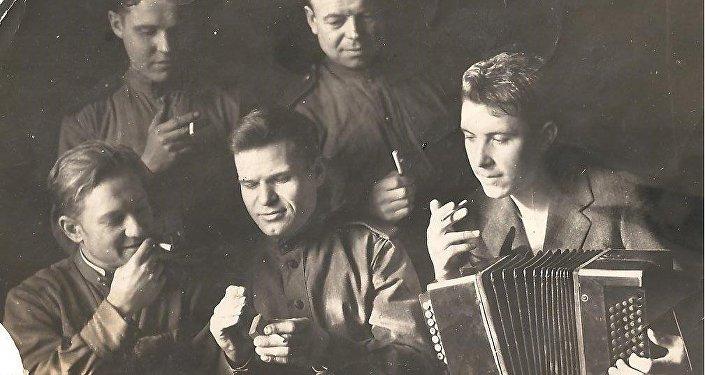 Nikolái Sujánov (con el acordeón)