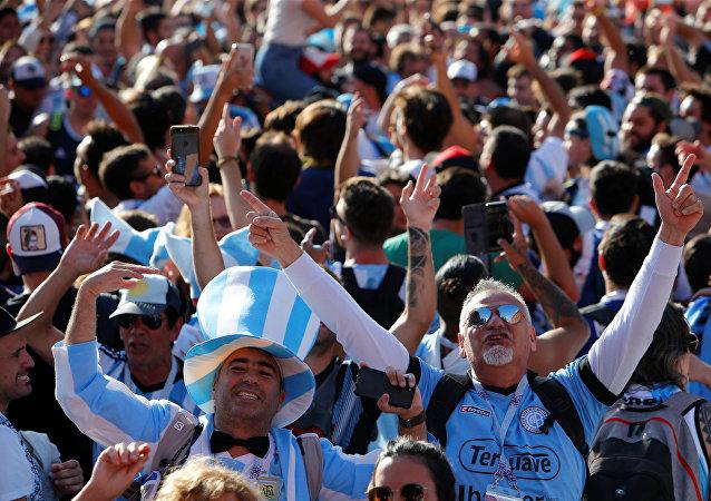Hinchas argentinos en el centro de Moscú