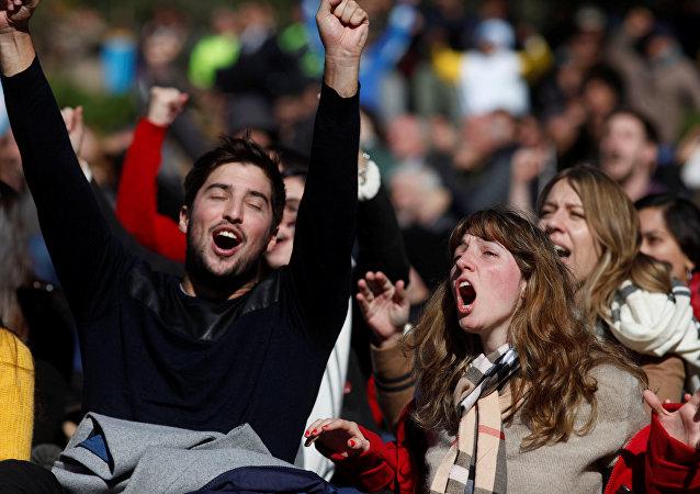 Los hinchas de Argentina ven la transmisión del partido de fútbol de Nigeria contra Islandia