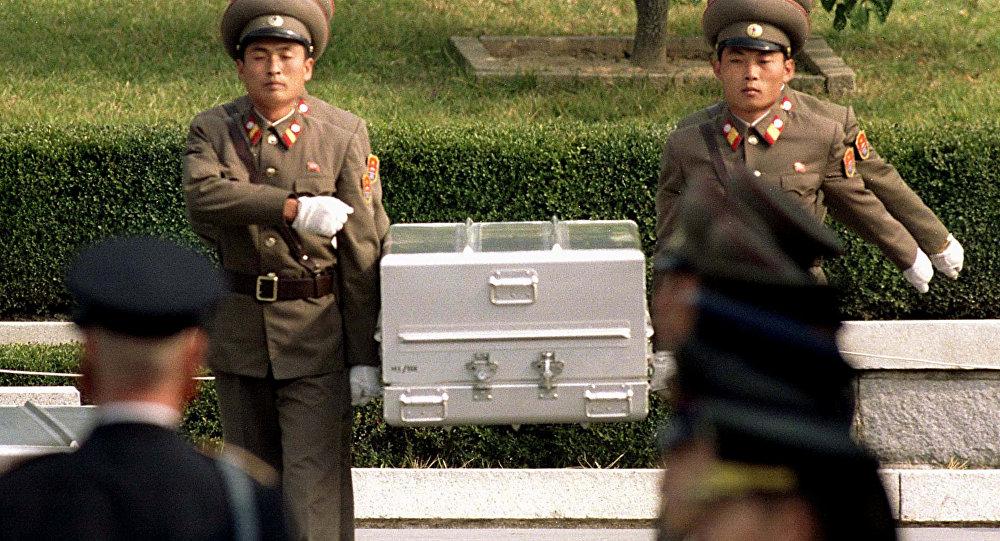 Soldados de Corea del Norte con un ataúd con restos de un militar estadounidense (archivo)