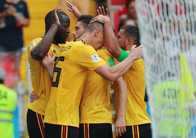 Los jugadores de Bélgica durante el partido con Túnez
